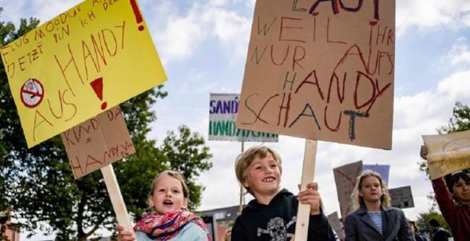 Alman çocuklardan ilginç gösteri: Benimle oyna, telefonla değil!